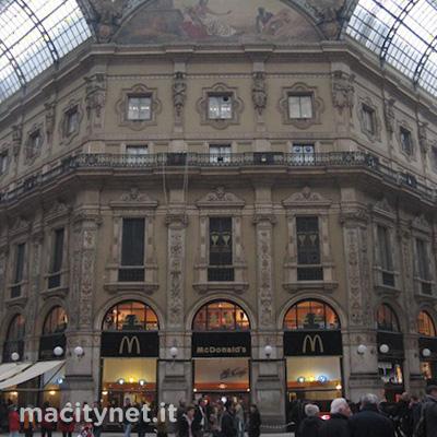 Galleria del duomo Milano Prada e no Apple