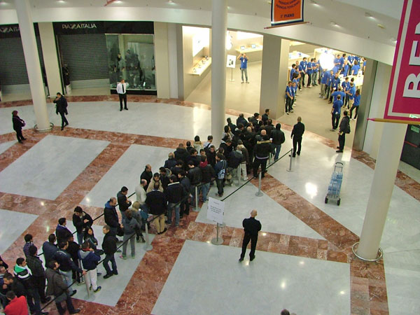 Apple Store i Gigli Firenze - coda iPhone 4S